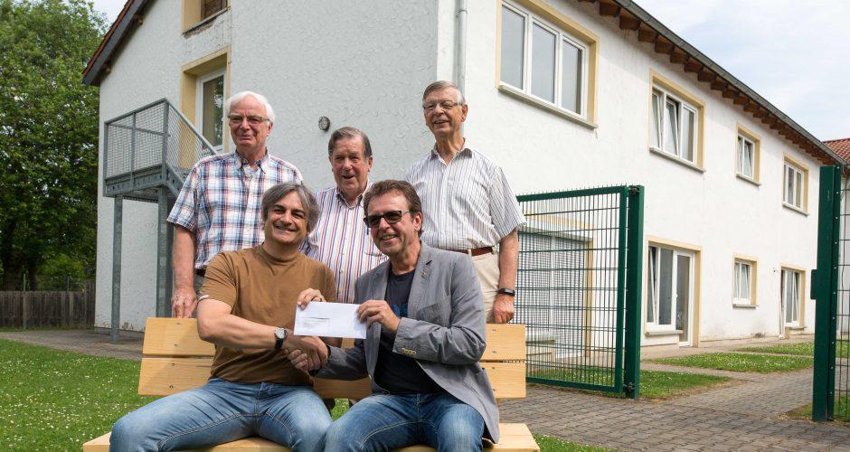 """Unsere Halle wird noch schöner durch ihre Hilfe!  Der Lions Club Bonn-Rhenobacum unterstützt erneut unsere Arbeit und spendet 2.500 € für eine Tastspielwand, eine Musikanlage und eine Filmleinwand in unserer Halle. In der Halle treffen sich die Bewohner und Bewohnerinnen, hier wird gefeiert und werden schöne Stunden verlebt. """"Wir freuen uns sehr, dass die Halle als Treffpunkt noch schöner wird"""", sagt Michael Isack, """"und möchten Allen Dank sagen, die sich dafür eingesetzt und z.B. die Konzertbesucher mit Mittagessen, Kuchen und Kanapees verwöhnt haben"""".  Am 18.März hatten Sponsoren, der Kartenverkauf und das kulinarische Angebot des """"Jazz-Frühschoppens"""" diese Spende möglich gemacht. Der Lions Club Bonn-Rhenobacum ist als Service-Club der weltweiten Lions-Bewegung hauptsächlich im Raum Meckenheim-Rheinbach aktiv und leistet Hilfen im diakonischen Bereich, in der Jugendarbeit und in der Bildungsarbeit in den Grund- und weiterführenden Schulen."""
